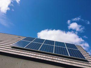 solar-panels-on-rooftop-against-blue-sky_t20_lW8vP2-300x225.jpg