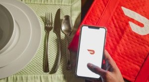 a-person-ordering-food-delivery-on-doordash-empty-white-plates-and-silverware-placed-on-light-green_t20_JovzkP-300x175.jpg